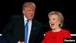 Presiden AS terpilih Donald Trump berjabatan tangan dengan rivalnya saat kampanye, Hillary Clinton, dalam sebuah debat kepresidenan di New York, September 2016. (Reuters/Mike Segar)