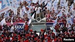 Ribuan buruh dari berbagai organisasi menggelar aksi di dekat Monas, Jakarta Pusat memperingati Hari Buruh Internasional, Rabu 1 Mei 2019.