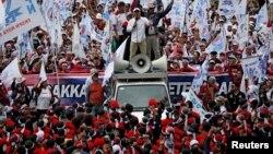 Ribuan buruh dari menggelar aksi di dekat Monas, Jakarta Pusat pada Demonstrasi Hari Buruh Internasional, Rabu 1 Mei 2019 (foto: dok).