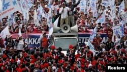 Ribuan buruh menggelar aksi di dekat Monas, Jakarta Pusat memperingati Hari Buruh Internasional, Rabu 1 Mei 2019. Aparat menghambat aksi May Day 2019 dengan melarang buruh melewati Bundaran HI.