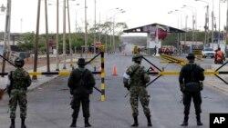 Policías y soldados colombianos patrullan la frontera entre Colombia y Venezuela en Paraguachon, Colombia desde agosto de 2015.