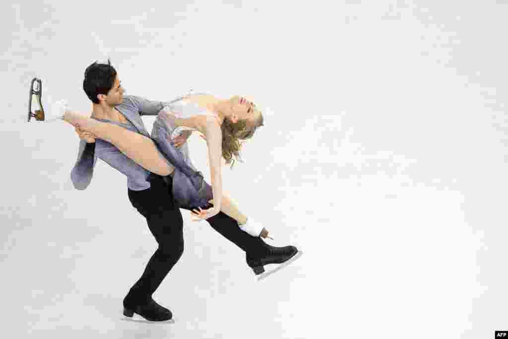 Kaitlyn Weaver e Andrew Poje do Canadá actuam num campeonato de patinagem artística em Boston, no estado americano de  Massachusetts.