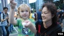 來自捷克、現任香港大學人文學院榮譽助理教授的Moore女士,帶4歲半的兒子參加六四廿四周年燭光晚會。
