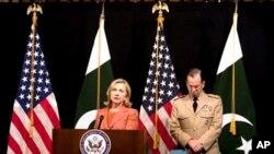 ລັດຖະມົນຕີການຕ່າງປະເທດສະຫະລັດ ທ່ານນາງ Hillary Rodham Clinton ກ່າວຕໍ່ກອງປະຊຸມຖະແຫຼງ ຂ່າວ ຢູ່ສະຖານທູດສະຫະລັດ ໃນນະຄອນຫຼວງອິສລາມາບັດ (27 ພຶດສະພາ 2011)