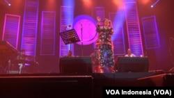 Dira Sugandi tampil bersama Harvey Manson Band di Java Jazz Festival 2018, Maret 2018. (Foto: VOA Indonesia)