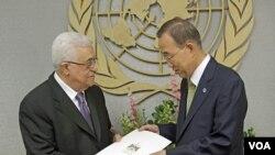 Presiden Palestina, Mahmoud Abbas (kiri) saat menyerahkan permohonan pengakuan Palestina sebagai negara merdeka kepada Sekjen PBB Ban Ki-moon (23/9). Komite PBB kini sedang membahas permohonan Palestina tersebut.