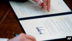 川普總統今年1月下旬簽署的行政令資料照