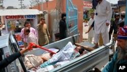 ក្រុមអ្នកស្ម័គ្រចិត្តយកអ្នករងរបួសទៅកាន់មន្ទីរពេទ្យនៅទីក្រុង Quetta កាលពីថ្ងៃទី២៥ កក្កដា ២០១៨ ក្រោយពេលមានការបំផ្ទុះគ្រាប់បែកអត្តឃាតមួយ នៅខាងក្រៅការិយាល័យបោះឆ្នោតមានមនុស្សកុះករមួយ។