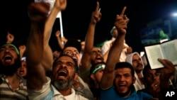 Người biểu tình ủng hộ Tổng thống Ai Cập bị lật đổ Mohammed Morsi hô khẩu hiệu chống lại Tướng el-Sissi tại đền thờ Hồi giáo Rabaah al-Adawiya ở Nasr City, Cairo.