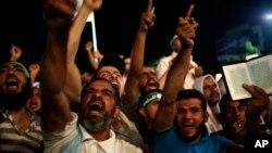 Demonstranti uzvikuju parole protiv aktuelnog ministra odbrane generala Abdel-fataha el-Sisija u blizini Raba al-Adavija džamije