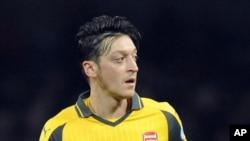 اوزیل ترکتبار از فدراسیون فوتبال آلمان را به برخورد دوگانه با ترکتباران متهم کرده است.