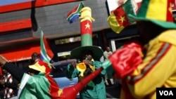 Para pendukung Kamerun tak ketinggalan turut meniupkan vuvuzela sebelum pertandingan Grup E antara negara tersebut dengan Jepang pada hari Senin.