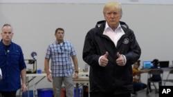 美國總統川普向因颶風哈維受影響的人們伸出大拇指(2017年9月2日)