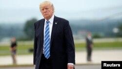 美国总统川普在戴维营附近的马里兰州黑格斯敦与国家安全委员会召开会议后准备登上空军一号。(2017年8月18日)