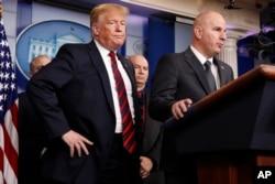 Predsednik Donalda Tramp sluša Brendona Džuda, predsednika Nacionalnog saveta za Graničnu patrolu, kako govori o bezbednosti na granici, 3. januara 2019, nakon što je je iznenada došao u sobu za brifinge Bele kuće.