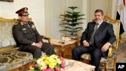 21일 이집트 행정부가 공개한 사진.이집트 카이로에서 압델 파타 알 시시 국방장관(왼쪽)이 무함마드 무르시 대통령과 대화하고 있다.