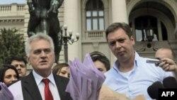 Lider i predsednički kandidat SNS Tomislav Nikolić i potpredsednik stranke Aleksandar Vučić novinarima predstavljaju navodne dokaze o izbornoj prevari.