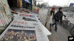 北京晚报2月12日刊登埃及民众欢庆胜利的照片