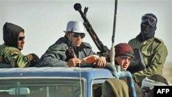Lực lượng nổi dậy chống lãnh tụ Libya Moammar Gadhafi trên một xe tải vũ trang gần Ras Lanuf, phía đông Libya, ngày 7/3/2011