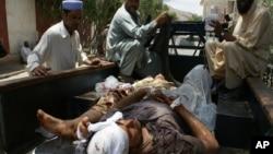 2012年6月16日巴基斯坦同阿富汗接壤的兰迪科塔村村民帮助救助该地区一家遭受炸弹攻击医院里受到伤害的人民