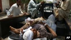 Các nạn nhân vụ đánh bom được đưa đến bệnh viện ở Landi Kotal (16/6/2012)