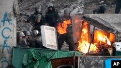 Cảnh sát và người biểu tình đụng độ tại trung tâm thủ đô Kyiv.