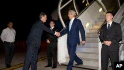 31일 파키스탄 이슬라마드에 도착한 존 케리 미 국무장관(오른쪽 두번째)이 마중 나온 리차드 올슨 파키스탄 주재 미국 대사와 만났다.