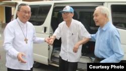 Linh mục Nguyễn Văn Lý được phóng thích từ nhà tù về Tòa Tổng Giám mục Huế ngày 20/5/2016. Ảnh: Website Tòa Tổng Giám mục Huế.