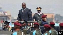 Rais Joseph Kabila wa Jamhuri ya Kidemokrasia ya Congo akiwasili katika gwaride mjini Kinshasa, Juni 30, 2010 (file photo)