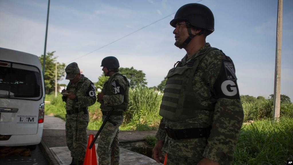 Los datos del gobierno estadounidense muestran que hubo 104.344 detenciones en la frontera el mes pasado, una considerable disminución de las 144.278 que hubo en mayo.