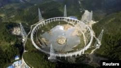 2015年11月26日500米单口径射电望远镜(FAST)正在贵州平塘县克度镇金科村建设中