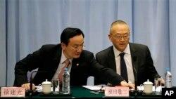 2013年4月22日,上海市卫生局官员徐建光(左)和世界卫生组织官员福田敬二出席在上海举行的记者会。