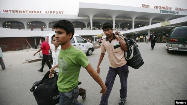Para pekerja migran dari Bangladesh di Bandar Udara Internasional Zia, Dhaka, setelah kembali dari Malaysia, 2009. (Reuters/Andrew Biraj)