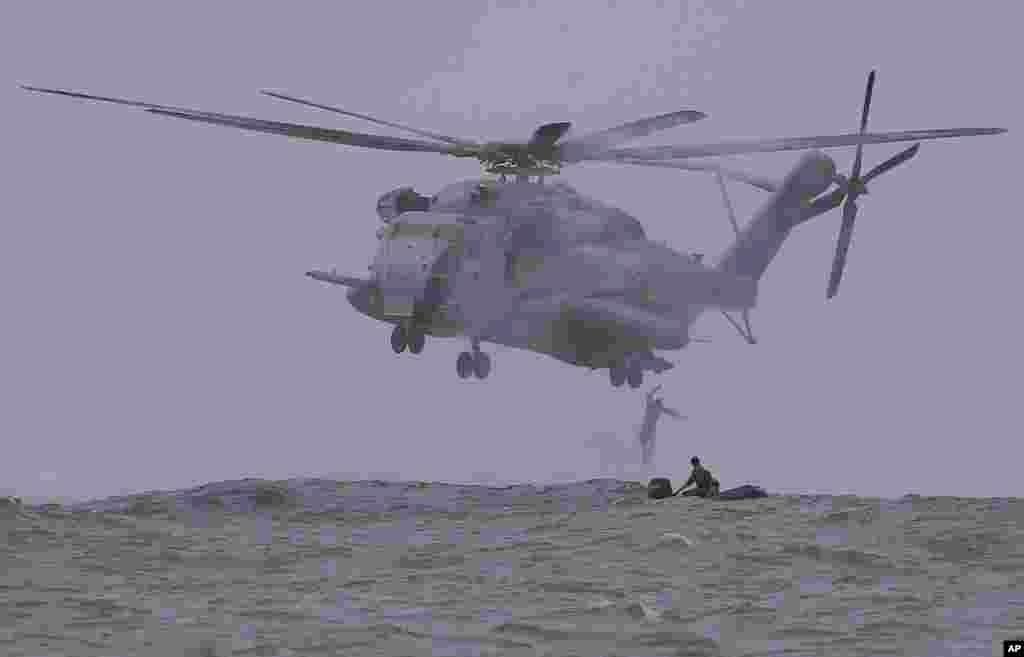 20일 미국과 필리핀 해군이 일본 오키나와 기지에서 연합훈련을 실시했다.