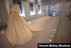 Gaun pengantin yang dikenakan Diana, Princess of Wales terlihat dipajang di Istana Kensington di London, Inggris, 7 Juni 2021. (Foto: REUTERS/Hannah McKay)