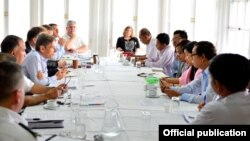 Perwakilan Amerika urusan HAM, Tom Malinowski, dan rombongan pejabat AS dalam kunjungan di Myanmar. Malinowski menyatakan kekhawatirannya atas reformasi politik di Myanmar.