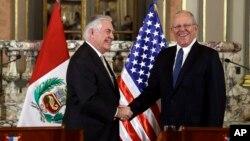 El secretario de Estado de EE.UU. Rex Tillerson (izquierda) se reunió con el presidente de Perú, Pedro Pablo Kuczynski en Lima, Perú, el martes, 6 de febrero de 2018.