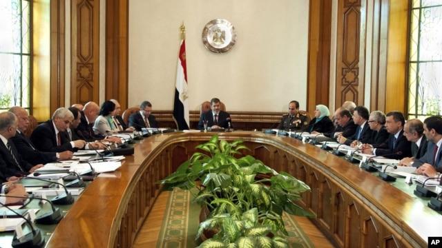 Tổng thống Ai Cập Mohammed Morsi (giữa) họp với Nội các trong đó có 10 tân bộ trưởng vừa tuyên thệ nhậm chức, 6/1/13