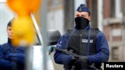 16일 벨기에 경찰이 독일과의 접경 지역 도시 베르비에서 테러 조직 은신처를 급습해 2명을 사살하고 1명을 검거했다. 특수 경찰이 현장 주변을 지키고 있다.