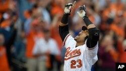 El bateador designado, Nelson Cruz, celebra su jonrón de dos carreras en la primera entrada del juego de los playoffs que ganaron a los Tigres de Detroit.