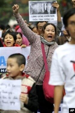 Người biểu tình hô khẩu hiệu chống Trung Quốc tại Hà Nội, ngày 9/12/2012.