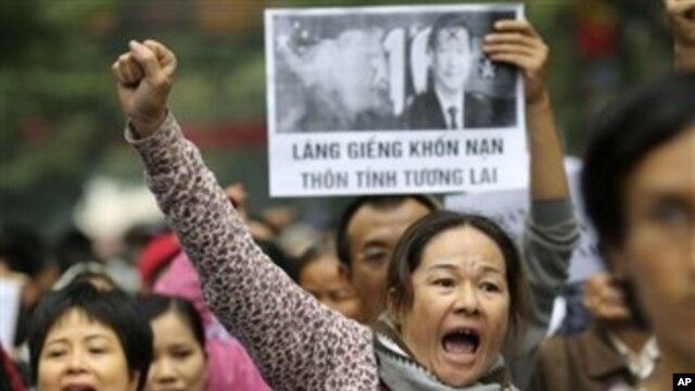 Người Việt xuống đường biểu tình chống Trung Quốc tại Hà Nội, ngày 9/12/2012.