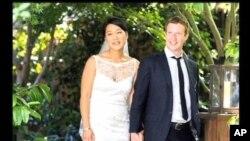 ມະຫາເສດຖີພັນລ້ານໂດລາ Mark Zuckerberg ຜູ້ກໍ່ຕັ້ງເວບໄຊ້ສັງຄົມ Facebook ແຕ່ງງານກັບແຟນສາວ Priscilla Chan, ວັນທີ 19 ພືດສະພາ 2012.