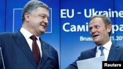 Украинский президен Петр Порошенко и президент Европейского совета Дональд Туск на саммите ЕС-Украина в Бельгии, ноябрь 2016 года