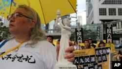 """Los manifestantes salieron a las calles el domingo 26 de mayo de 2019 con sombrillas amarillas con la frase """"Apoya la libertad, oponte a las leyes malvadas"""" escrita en ellas."""