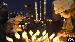 Warga Jepang mengheningkan cipta bersama hari Minggu, untuk mengenang satu tahun bencana gempa bumi dan tsunami (11/3).