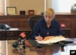 12일 미국 메인주 오거스타에서 재닛 밀스 주지사가 존엄사 허용 법안에 서명했다.
