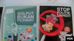 Poster-poster yang mengajak warga untuk tidak Golput dan tidak menggunakan politik uang banyak terpampang menjelang Pemilu 2014 di Indonesia (VOA Indonesia-Teja Wulan).