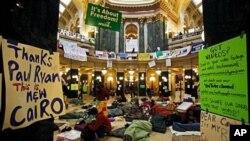 示威者睡在州议会大楼