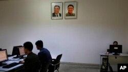 북한 평양 김책공대에서 학생들이 컴퓨터를 사용하고 있다. (자료사진)